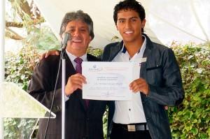 Christian González  recibe nombramiento de manos de Héctor Aguilera