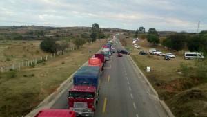 Profesores-del-sector-Nochixtlan-cierran-la-autopista-a-Oaxaca-y-carretera-federal-1