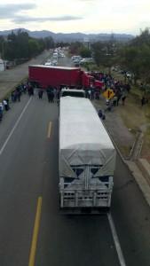 Profesores-del-sector-Nochixtlan-cierran-la-autopista-a-Oaxaca-y-carretera-federal-2