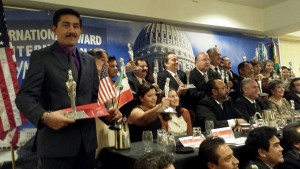 Recibe-en-Washington-Enoc-Hernandez-Cruz-Premio-Internacional-Maya-2014-1