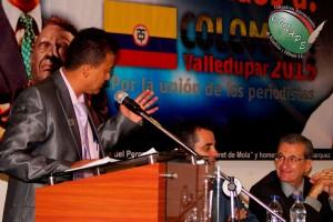 Raúl González le dirije la palabra a Rafael Loret de Mola