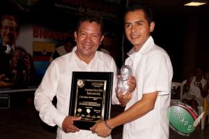 Vicepresidente de CONAPE en Guerrero, México, Servando Martinez recibe el Pergamino de Oro acompañado de Pedro Pablo Polo