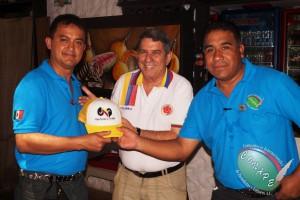 Wilber Fabregas de CNP obsequia una gorra al Presidente Internacional de CONAPE, Raúl González