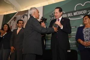Reconoce-el-Gobernador-Eruviel-Ávila-Villegas-calidad-y-constancia-de-médicos-de-Cruz-Roja-Estado-de-México-2