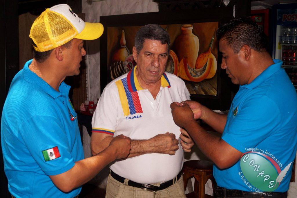 Directivos de CONAPE, Raúl González y Alfredo Hernández, entregan distintivo de CONAPE al Presidente de CORPECOE, Wilber Fábregas