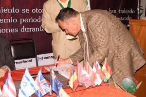 Firma de convenio entre CONAPE y la asociación de Médicos