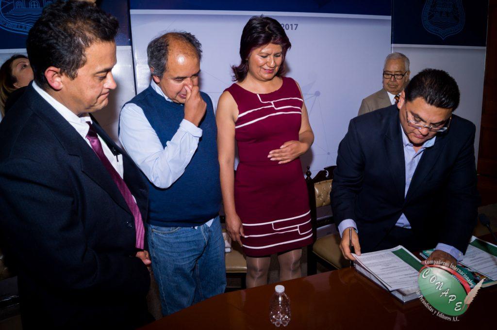 Ricardo Gutierrez firma y recibe la propuesta de ley de CONAPE en favor de los periodistas 1