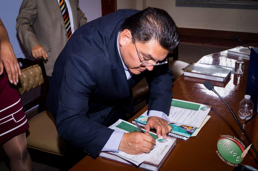 Ricardo Gutierrez firma y recibe la propuesta de ley de CONAPE en favor de los periodistas